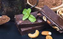 Comer chocolate negro y almendras puede reducir el colesterol malo.