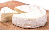 El queso de cabra es uno de los alimentos que engordan (y mucho) si los consumes de noche