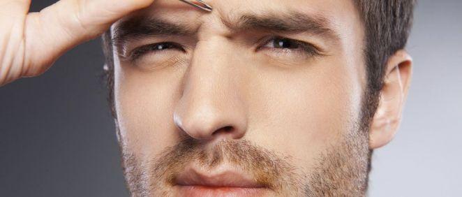 La ceja masculina debe ser una ceja gruesa, no muy definida, de aspecto más natural