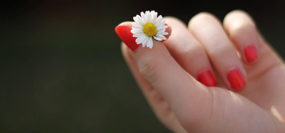 Una dieta saludable y rica en hierro ayudará a que tus uñas crezcan más sanas.