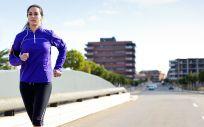 Ejercicios como correr al aire libre te ayudan a manternerte en forma sin necesidad de acudir al gimnasio.