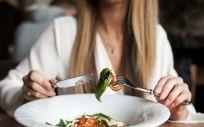 Llevar una dieta baja en grasas ayuda a perder peso