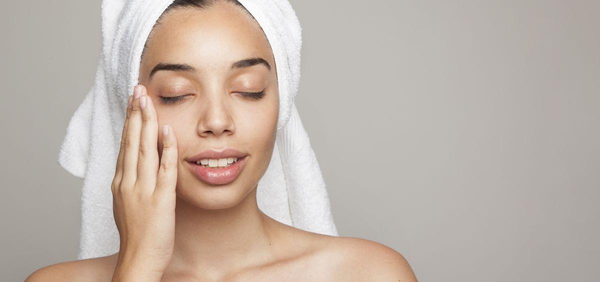 Dar palmaditas en el rostro para aplicar el producto de belleza, mejora su efectividad