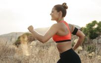 Practicar running, aeróbic, tenis, pádel, equitación, baloncesto, esquí o halterofilia, pueden afectar la zona perineal y debemos evitarlos cuando tenemos los primeros síntomas de incontinencia