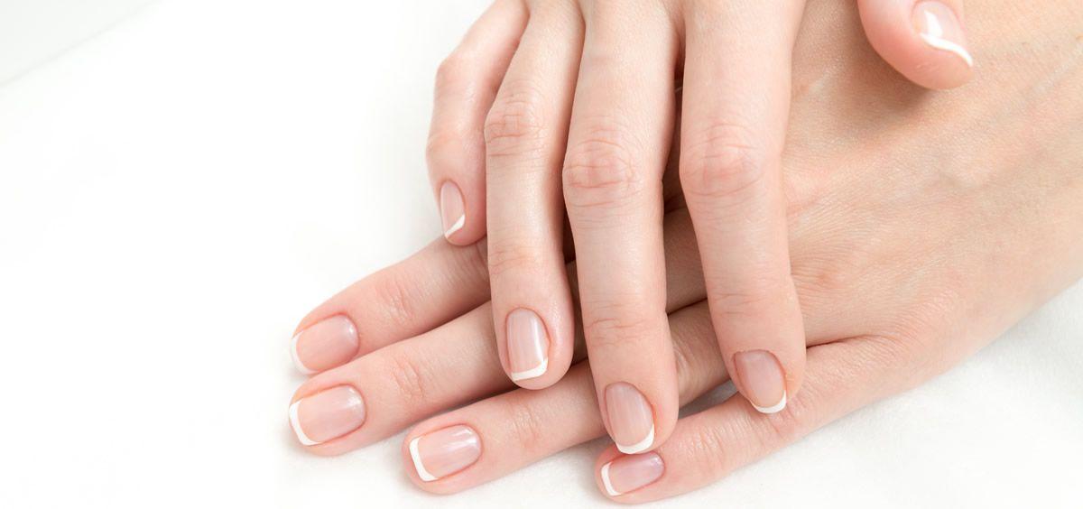 Existen numerosos aspectos a tener en cuenta para fortalecer las uñas como, por ejemplo, la hidratación