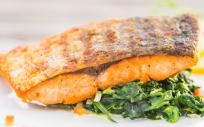 El salmón es uno de los alimentos que contienen vitamina D