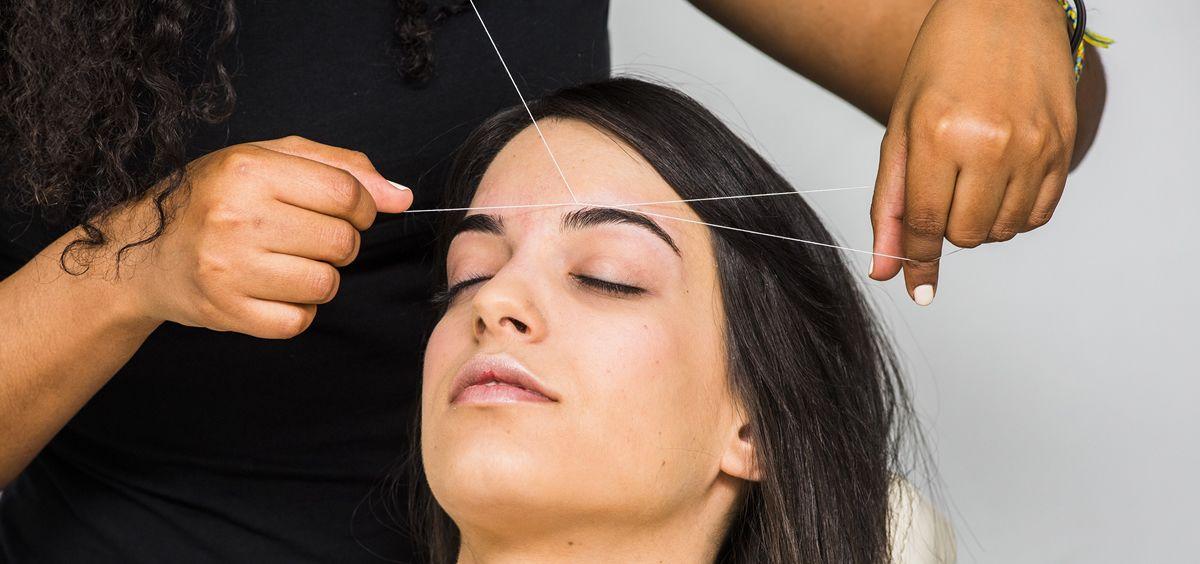 El método de la depilación con hilo está arrasando entre las celebrities