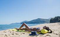 Protegerse del sol siempre es importante, pero en verano todavía más ya que los rayos ultravioleta son más dañinos