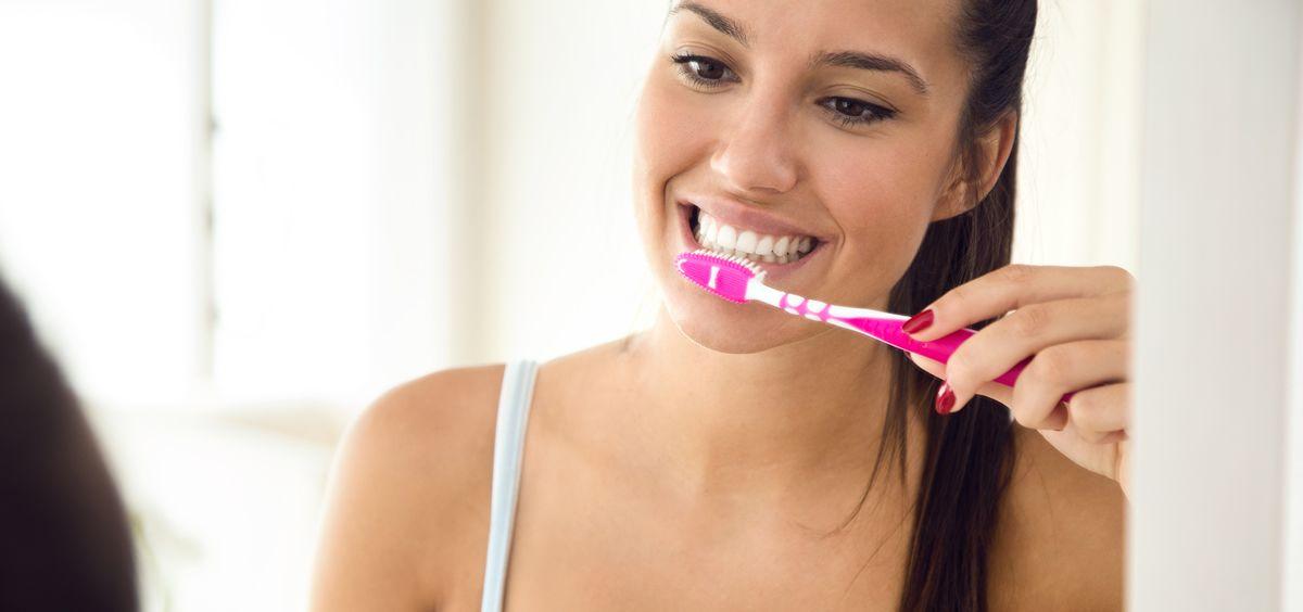 Descubre los secretos para mantener los dientes sanos en verano