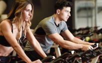 Una buena opción para no desistir es hacer deporte acompañado de un amigo o alguien de confianza