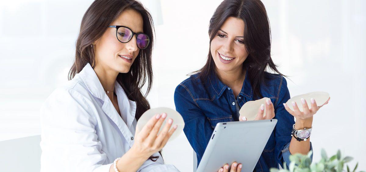 Una de las preguntas más comunes que tienen las mujeres sobre los implantes mamarios es si elegir silicona o solución salina