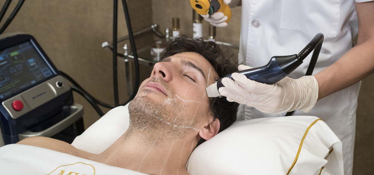 la novedad de este tratamiento radica en la infiltracion de radiofrecuencia que hasta ahora se podia trabajar unicamente en capas superficiales de la piel - Este es el tratamiento estrella para frenar el envejecimiento cutáneo masculino -