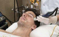 La novedad de este tratamiento radica en la infiltración de radiofrecuencia, que hasta ahora se podía trabajar únicamente en capas superficiales de la piel