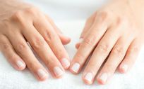 Manicura húmeda con guantes de colágeno