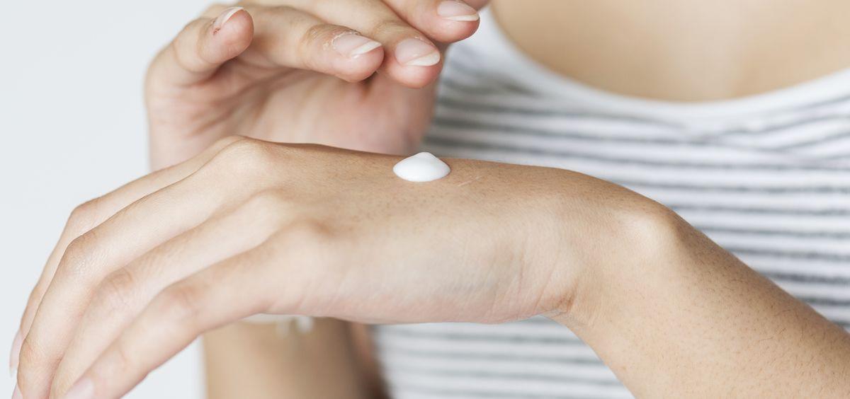 Un síntoma frecuente de la dermatitis atópica es la sequedad de la piel