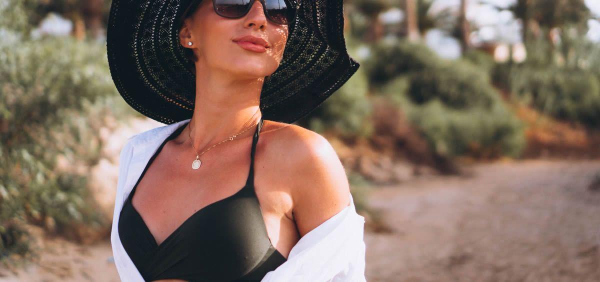Antes de los 40 años, la piel del escote presenta arrugas, flacidez y manchas solares