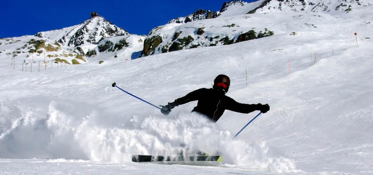 Esquiar es una de las actividades más practicadas por los amantes de los deportes de invierno