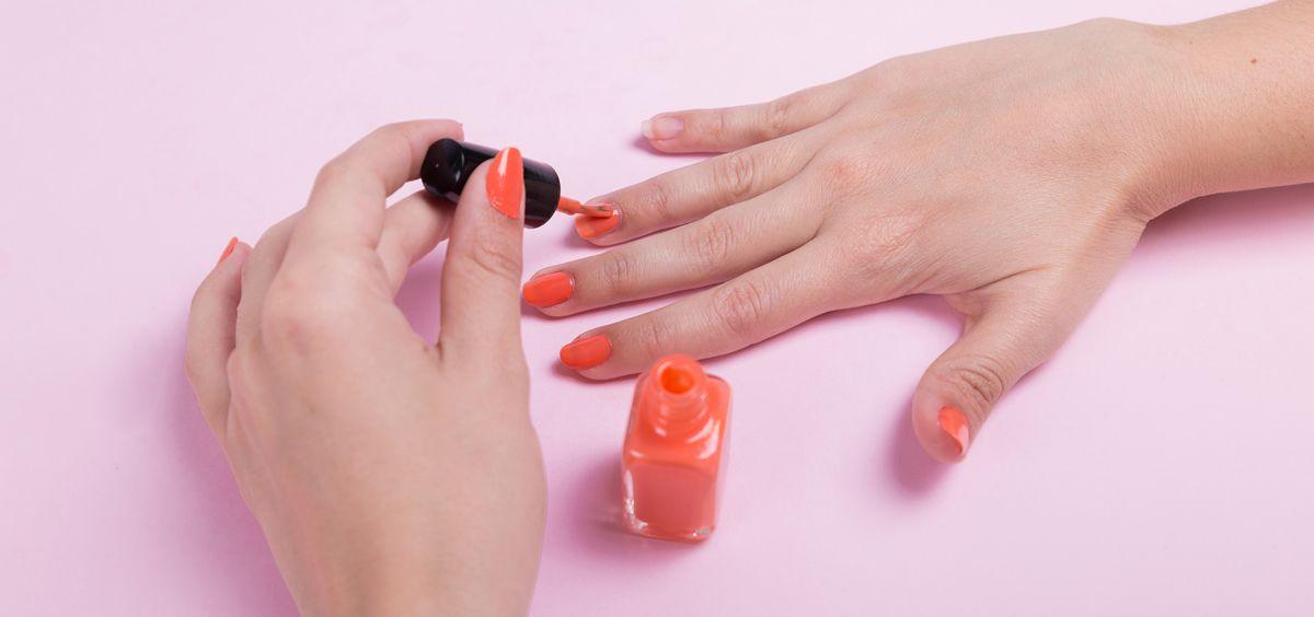 Hay que usar una buena base fortalecedora para que el esmalte de uñas dure más tiempo