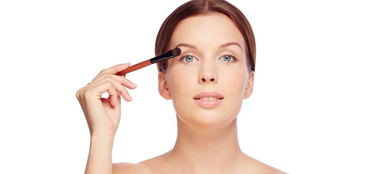 Uno de los inconvenientes a la hora de maquillar una piel grasa es que el maquillaje suele durar menos tiempo intacto