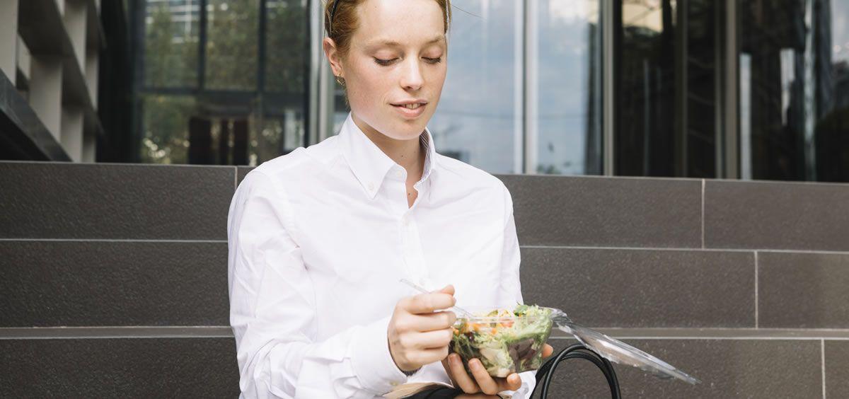 El estrés y la falta de tiempo para desplazarnos son las principales razones que nos impiden comer en casa