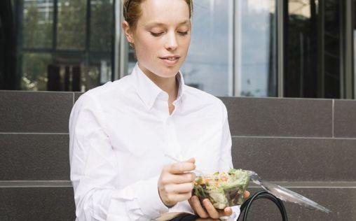 El 60% de los españoles come fuera de casa durante su semana laboral