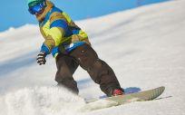 Los deportes invernales más populares son el esquí alpino y el snowboard