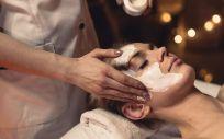 El tratamiento finaliza con la aplicación de una mascarilla a base de ácido hialurónico que refresca la piel
