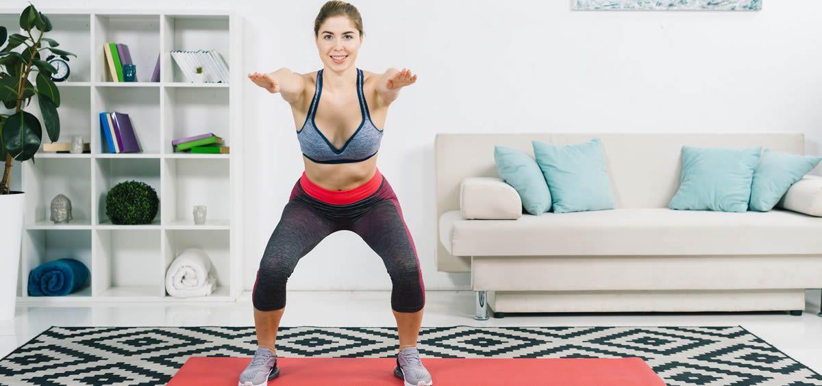 Hay una serie de ejercicios que pueden hacerse en casa y ayudan a gastar calorías, así como a tonificar el cuerpo