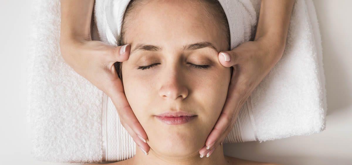 El manipulo de esta técnica realiza un peeling suave que abre los poros y elimina las capas muertas de la piel siendo infusionada