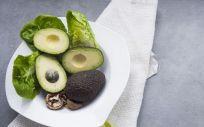 El potasio, las vitaminas y los ácidos grasos presentes en el aguacate lo convierten en un alimento con múltiples beneficios para la salud