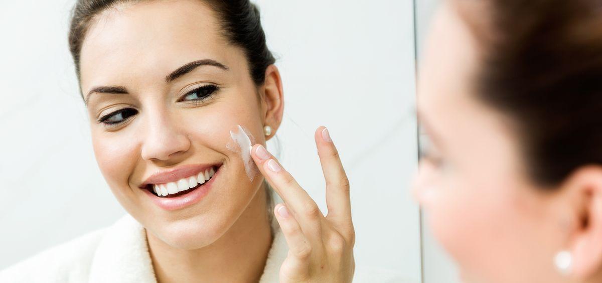La aplicación del protector solar es de vital importancia para que no aparezcan manchas en nuestra piel