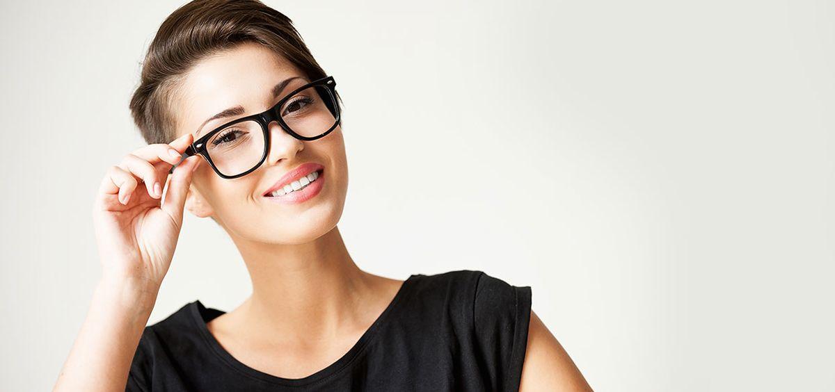 Puedes ponerte extensiones de pestañas a pesar de llevar gafas o lentillas