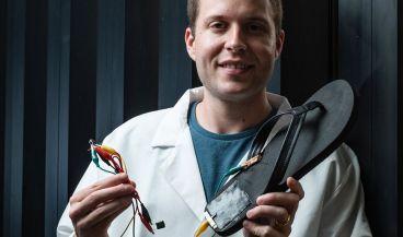 Un ingeniero posa con el minigenerador eléctrico que ha desarrollado su equipo | Foto: Universidad Rice