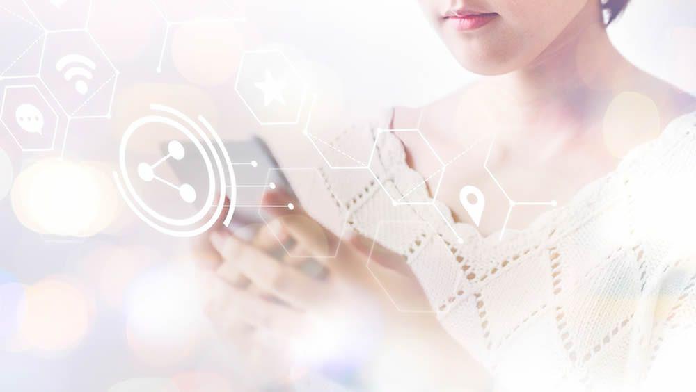 Paciente conectada al mundo e health a través de su smartphone. (Foto. Rawpixel)