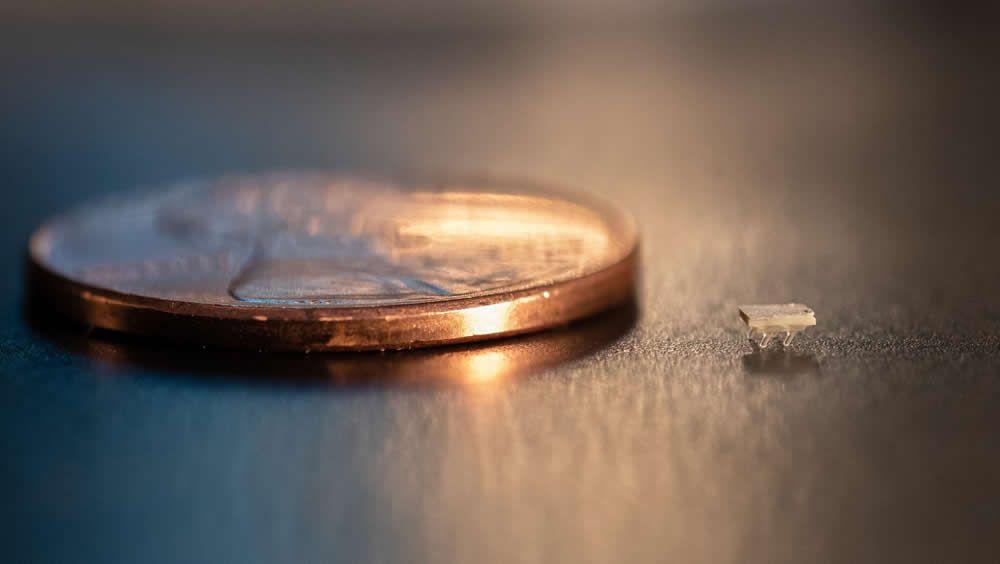 Comparación del micro robot con una moneda (Foto. Georgia Tech)