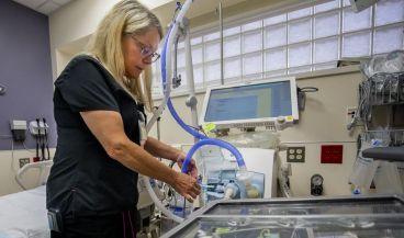 Un analizador de aliento detecta el síndrome de dificultad respiratoria aguda (Foto. Robert Coelius de la Universidad de Michigan)