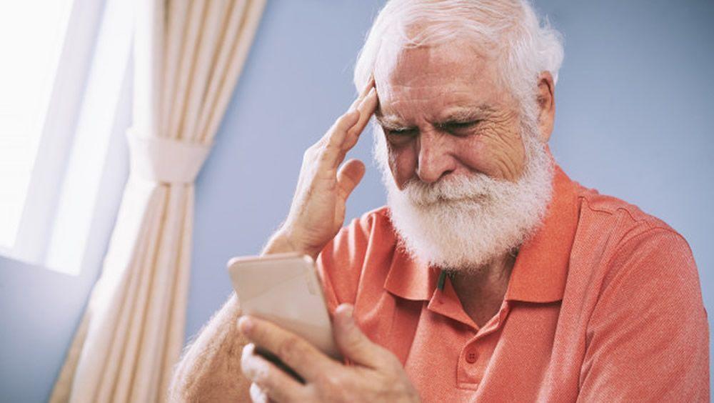 Persona mayor utilizando una aplicación móvil (Foto. Freepik)