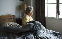 Mujer mayor levantándose de la cama (Foto: Pixabay)