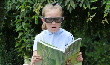 Niña con gafas inteligentes (Foto.Narbis)