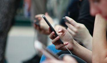 Adolescentes usando sus smartphones. (Foto. Unsplash)