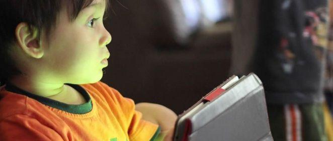 Un niño utilizando un teléfono móvil. (Foto Pixabay)