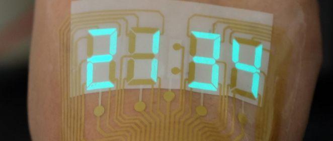La pantalla digital, sobre la piel del voluntario, muestra la hora (Foto: American Chemical Society)