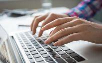 Persona consultando información en internet (Foto. Freepik)