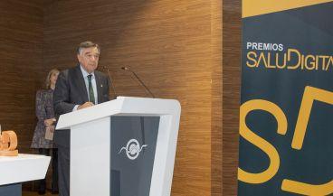 Luis González Díez, presidente del Colegio Oficial de Farmacéuticos de Madrid, recoge el premio al mejor blog de Salud.