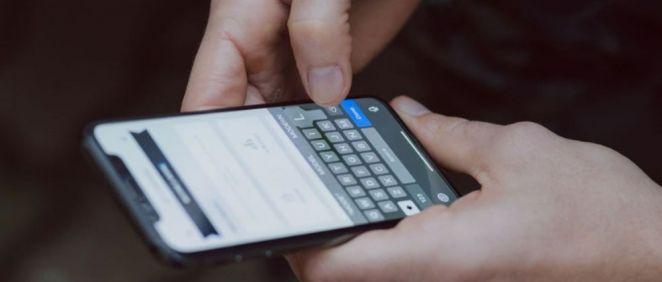 Usuario utilizando un smartphone. (Foto. Unsplash)