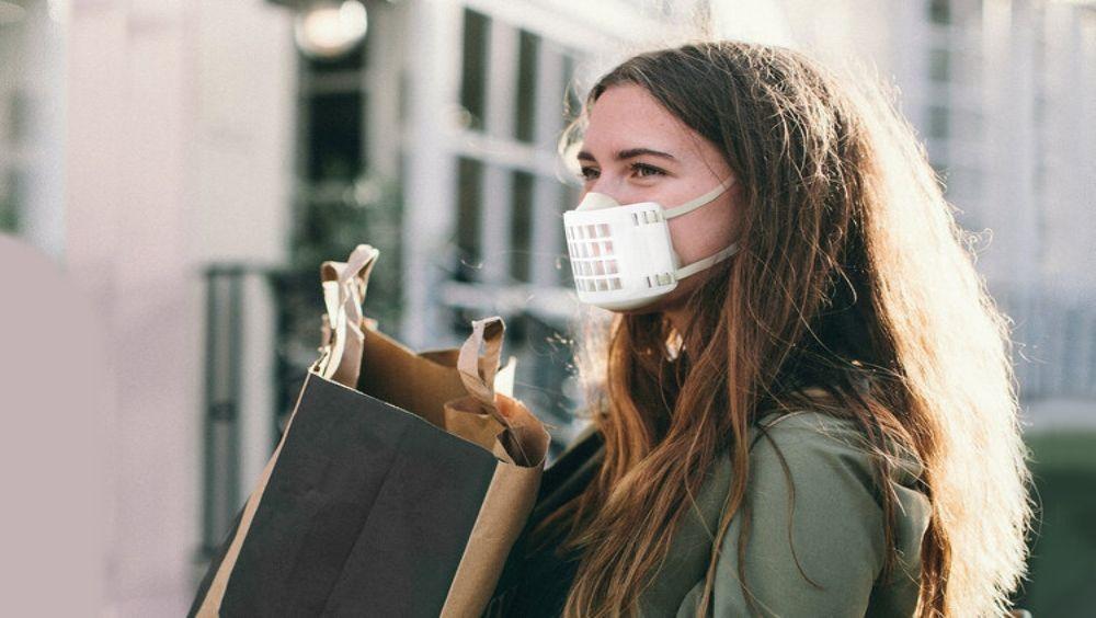 Mujer con la nueva mascarilla (Foto. Action by ACAMP)