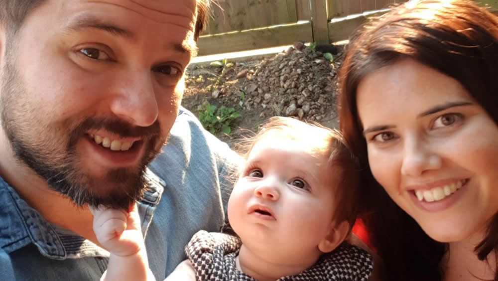 Los padres, con la pequeña que recibió el implante coclear (Foto: Universidad de Southampton)