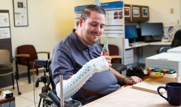 El hombre con lesión medular completa utiliza su mano gracias a la interfaz cerebro ordenador (Foto: Battelle)