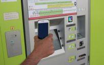 Smartphone escaneando un código NaviLens situado en una máquina de venta de tickets de transporte. (Foto.NaviLens)