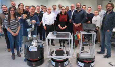 El equipo, con los sistemas robóticos (Foto. UPV)